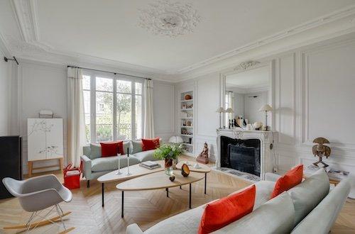 Photo d'un salon design aux couleurs rouges et blanches