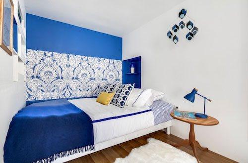 Photo d'une chambre blanche et bleue d'inspiration maritime